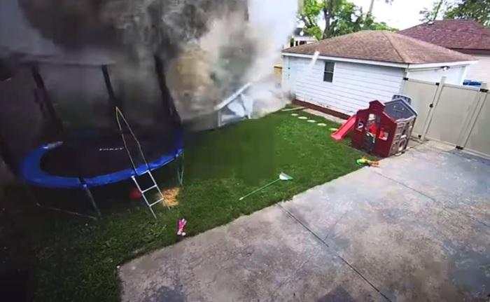 VIDEÓ: Bombaként csapódott a kertbe az autós – Mázli, hogy a gyerekek nem voltak az udvaron