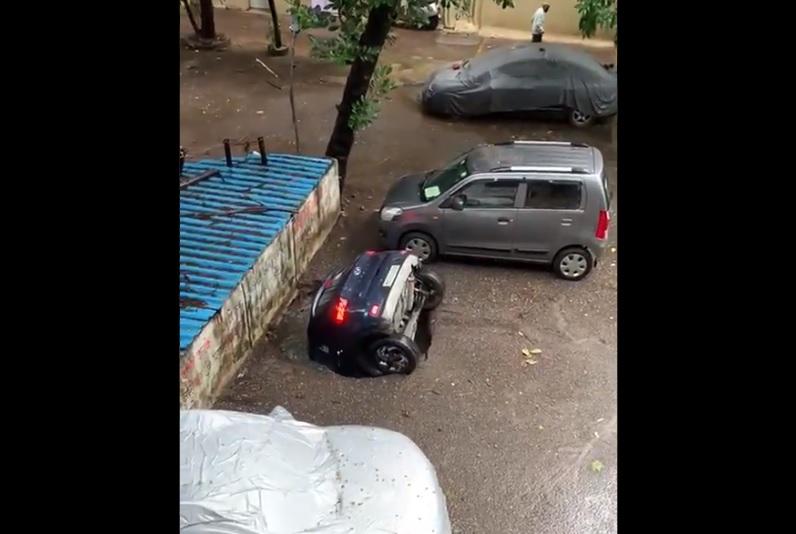 VIDEÓ: Mintha csak szökni próbált volna – Teljesen elnyelte az autót a hatalmas kráter