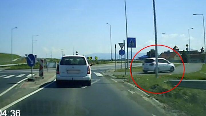 VIDEÓ: Kétéltű tudatállapotba került a fehér Opel Corsa sofőrje