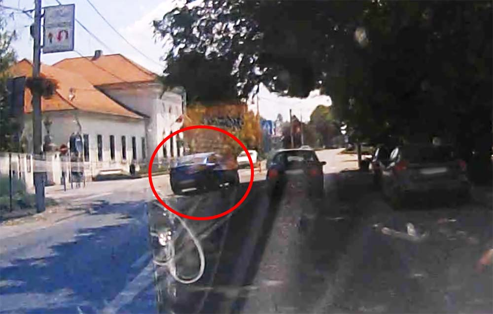 VIDEÓ: A járdaszigetet is megkerülve előzött. Jöttek szemből