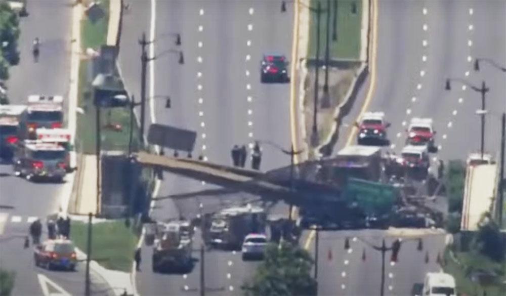 VIDEÓ: Összeomlott az autópálya felett átívelő híd, mert egy teherautó nekiütközött