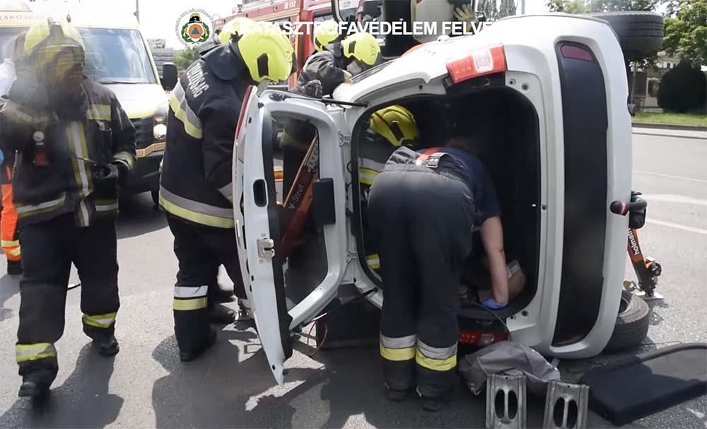VIDEÓ: Felborult egy autó az Üllői úton, a tűzoltók mentették ki a sofőrt