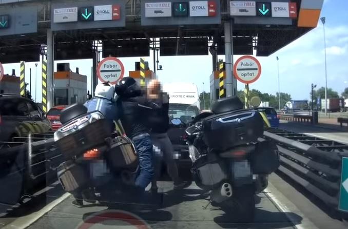VIDEÓ: Egyszerű szituációból lett csúnya adok-kapok autós és motoros közt