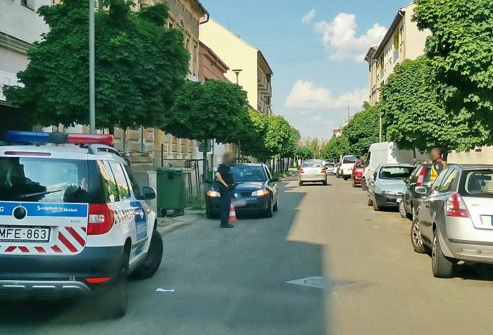 Parkoló autók takarásából szaladt a kisgyerek az autós elé