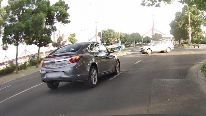 VIDEÓ: Óriásit hibázott a Renault sofőrje. Kikanyarodott az Insignia elé