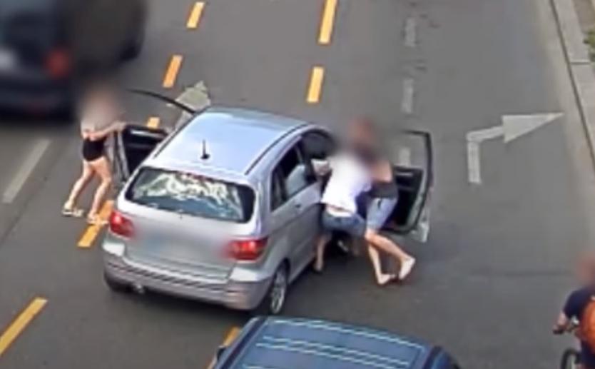 Videón, ahogy erőszakkal vesznek el egy autót a Kálvin térnél