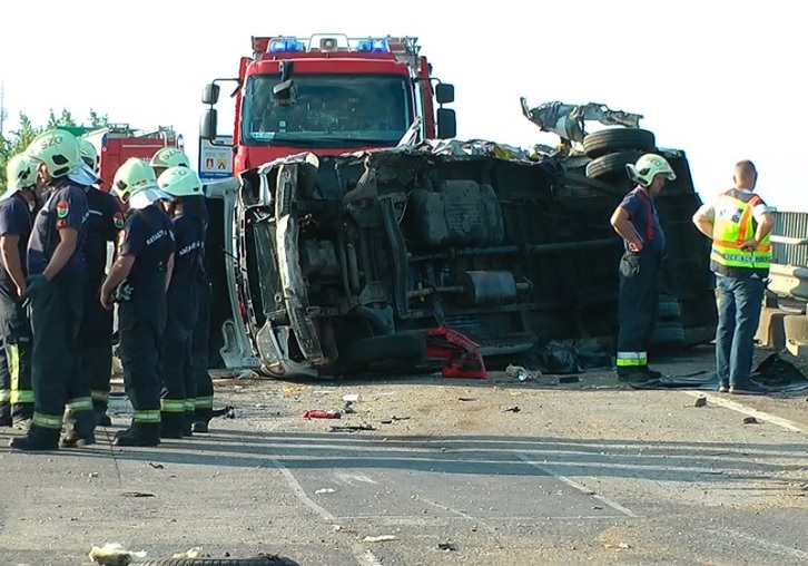 Hatalmas kátyú miatt történhetett a tragédia a 4-es számú főúton, amiben több ember életét vesztette