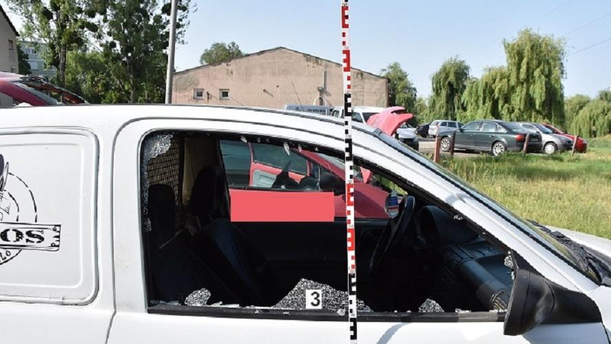 FOTÓK: Összeveszett barátnőjével, majd dühét a parkoló autókon vezette le egy férfi