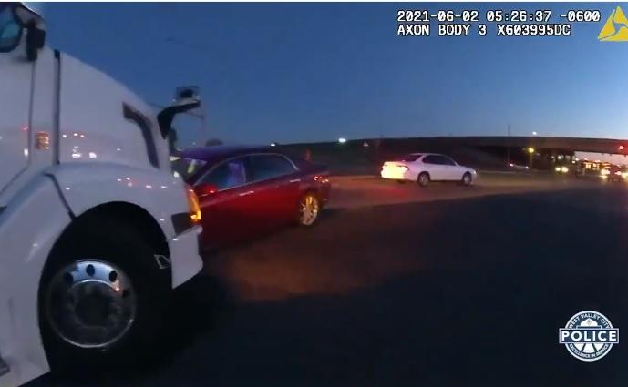 VIDEÓ: Kamionnak nekihajtó autóhoz riasztották a rendőröket – A volán mögött egy kilenc éves gyerek ült, mellett négy éves testvére