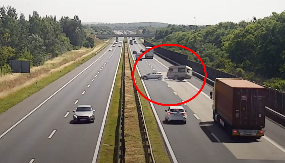 Videón, ahogy rommá törnek egy lakókocsit az M3-ason