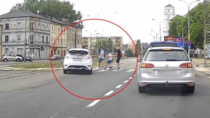 VIDEÓ: Ez az ámokfutó a gyalogosok közé hajtott volna, ha nincs az ABS