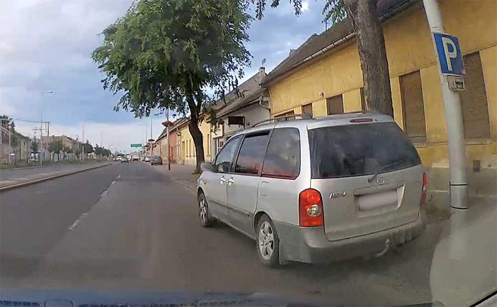 VIDEÓ: A parkolón keresztül előzött, de kellett neki a járda is. Centiken múlt az oszlopra csavarodás