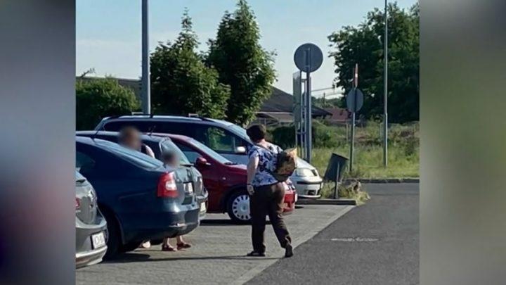 VIDEÓ: A tűző napon parkoló autóban hagyta duzzogó gyerekét egy anya Vácon