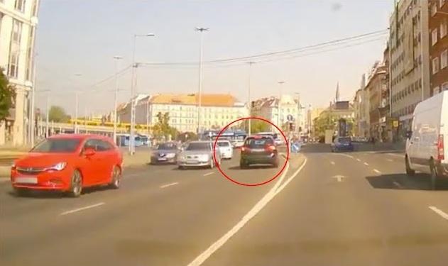 VIDEÓ: Összekeverte a sávokat az autós a Borárosnál – Mázli, hogy nem jöttek szemből