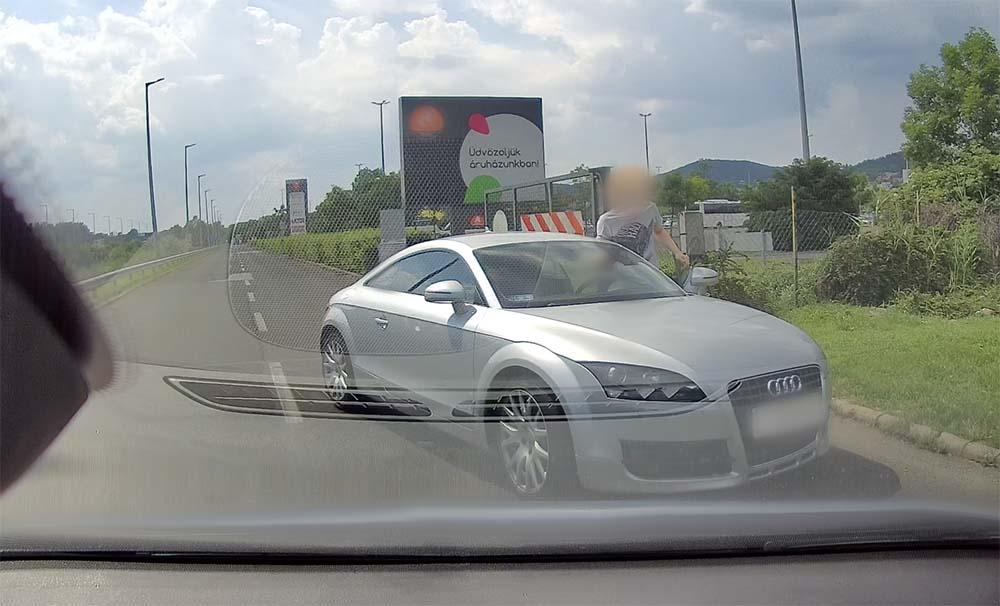 VIDEÓ: Forgalommal szemben hajtott, magyarázott, majd továbbment