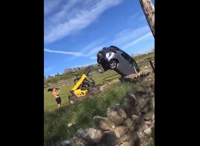 VIDEÓ: Villás rakodóval dobta ki a dühös farmer a telkéről egy turista autóját