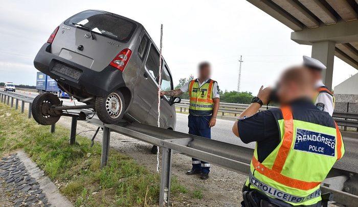FOTÓK: 70 métert csúszott egy autós az M86-os út korlátján, miután elaludt a volán mögött