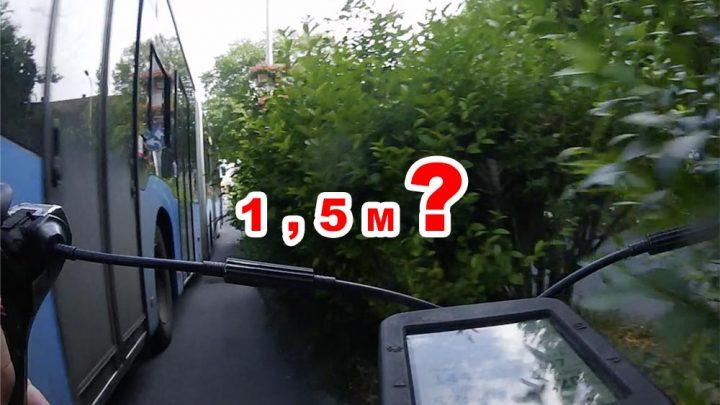 VIDEÓ: Ilyen, ha a 1,5m csak néhány centi… | Leszállt a bringáról, mégis majdnem elgázolták