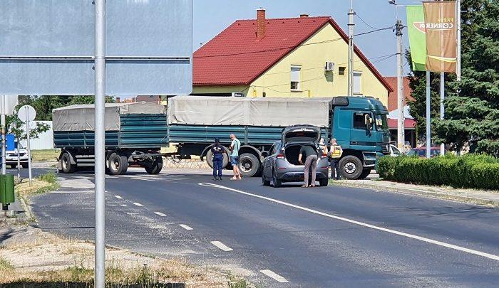 FOTÓK: Zebrán gázolt egy teherautós Pápán – Az elgázolt hölgy a helyszínen életét vesztette