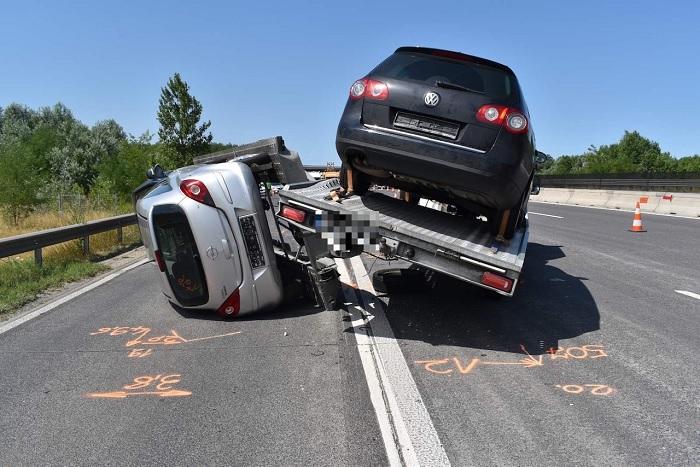 FOTÓK: Túlsúlyos jármű okozott közlekedési balesetet az M0 autóúton