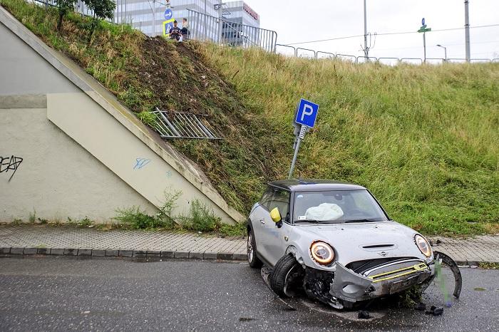 Fotók: Lezuhant az Árpád híd felhajtójáról egy autómegosztós autó – Többen is megsérültek