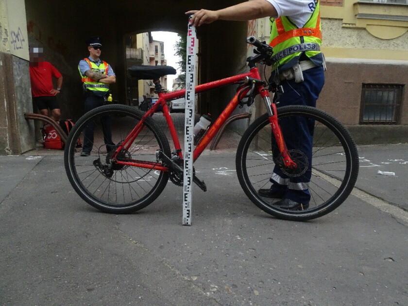 Életét vesztette a nő, akit a járdán ütött el egy biciklis futár