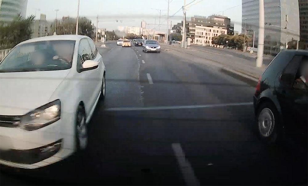 VIDEÓ: Így lehet 3 autót összetörni egy pillanat alatt. Neki majdnem sikerült…