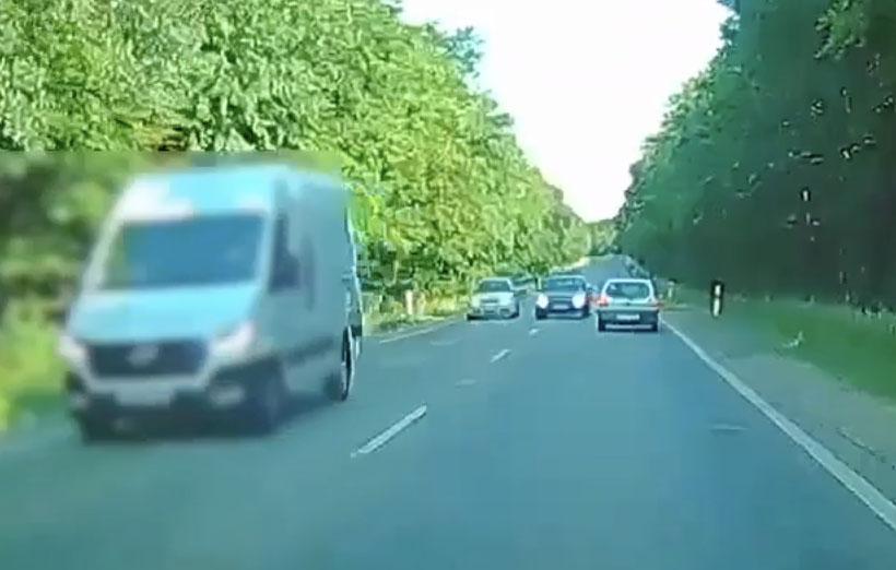 VIDEÓ: Látnia kellett, hogy jönnek szemből