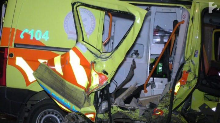 VIDEÓ: Szörnyethalt az utas, miután autójukkal egy mentőnek csapódtak – Bíróság elé álltak a sofőrök