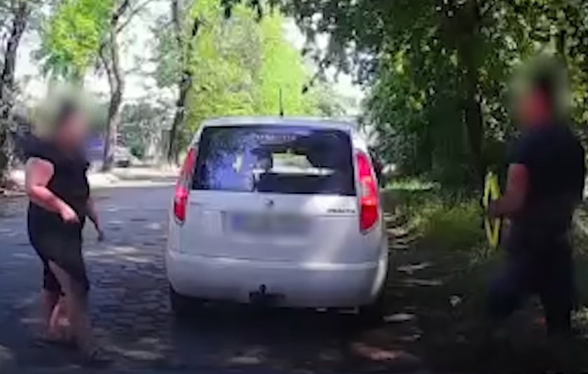 VIDEÓ: Rögzítette az autó kamerája, ahogy kilopják alóla a katalizátort a tolvajok