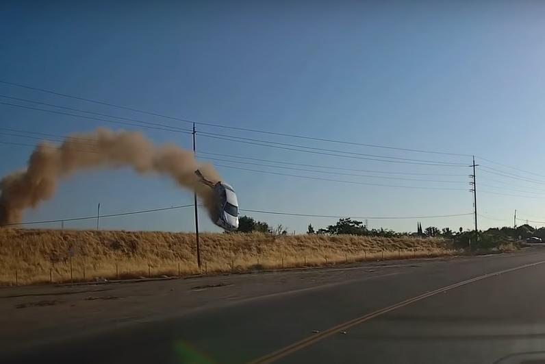 VIDEÓ: Elképesztő esetet rögzítettek Kaliforniában – Rakétaként repült le az autópályáról egy autós