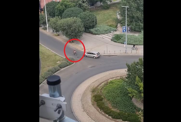 VIDEÓ: Több autóval is ütközött majdnem a forgalommal szemben tekerő, kamikaze biciklis