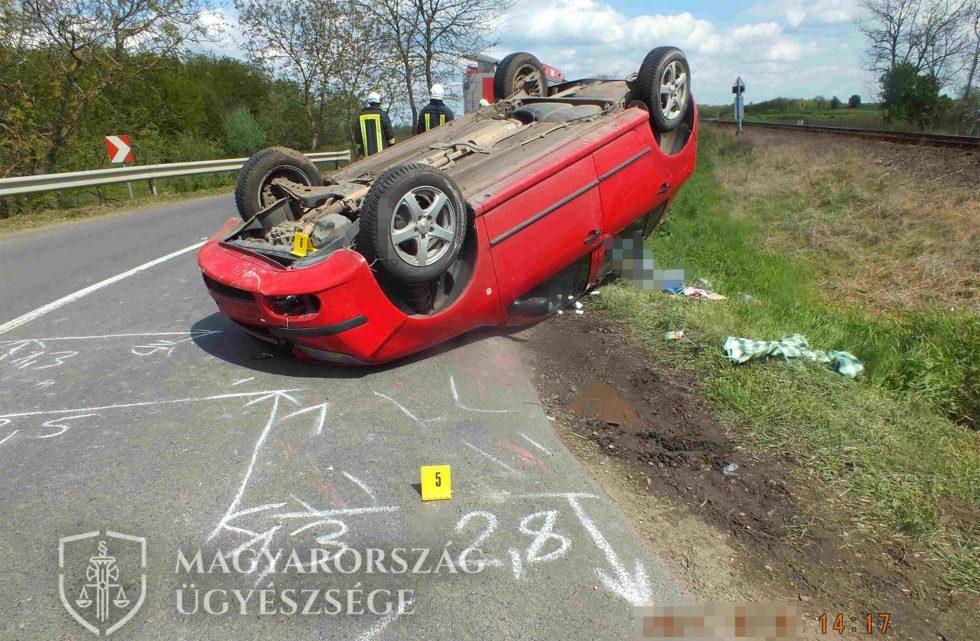 FOTÓK: Beszorult a sofőr papucsa a pedál alá, ezért felborult autójával a vasúti átjáróban