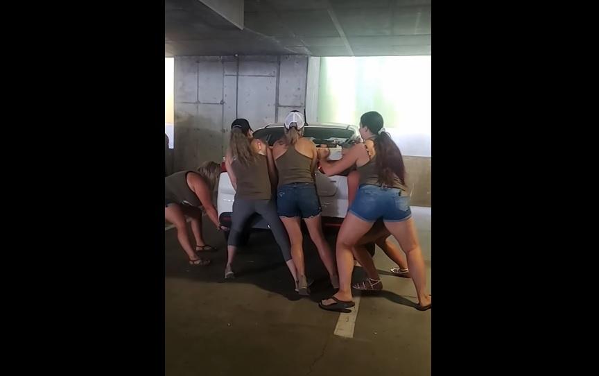 VIDEÓ: Egy csapat lánybúcsús nő szó szerint helyretette a hanyagul leparkolt autót