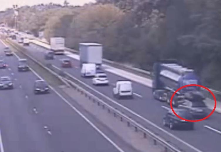 VIDEÓ: Durva balesetet okozott egy sofőr az M1-esen, aki lassítás helyett inkább figyelmetlenül sávot váltott