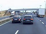 VIDEÓ: A közúti veszélyeztetés mesterei. Adok-kapok az M1-esen
