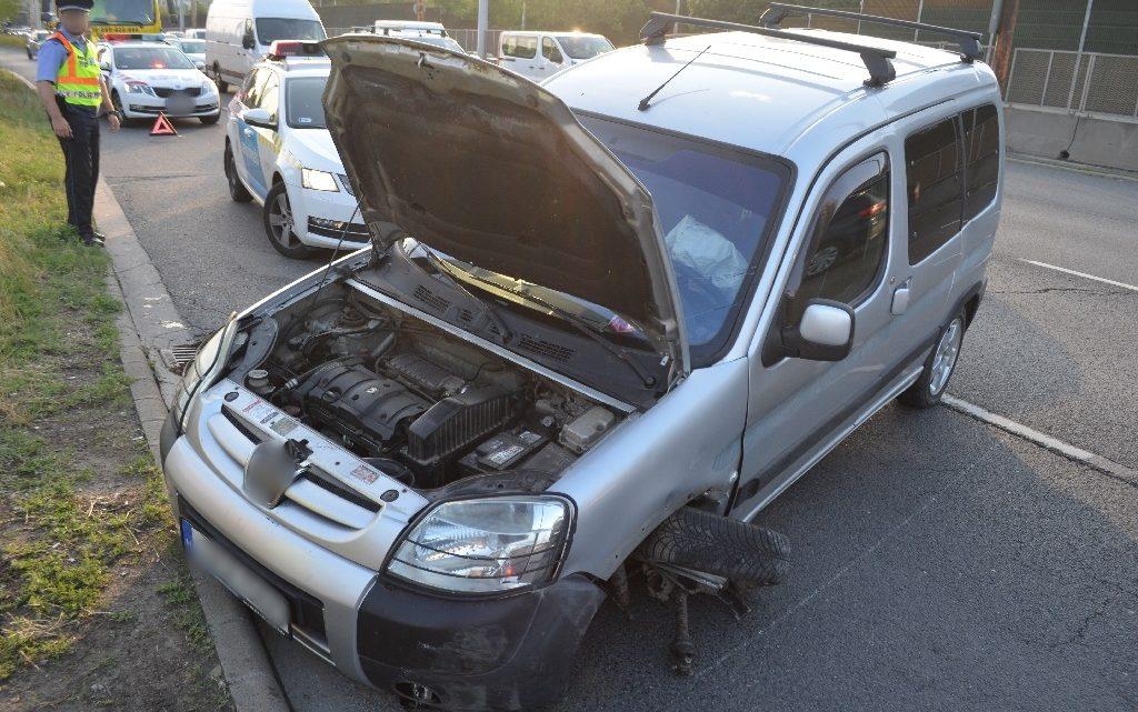 FOTÓK: Büntetőfékezéssel okozott balesetet – Betonfalnak ütközött egy autó az M3-as bevezetőjénél