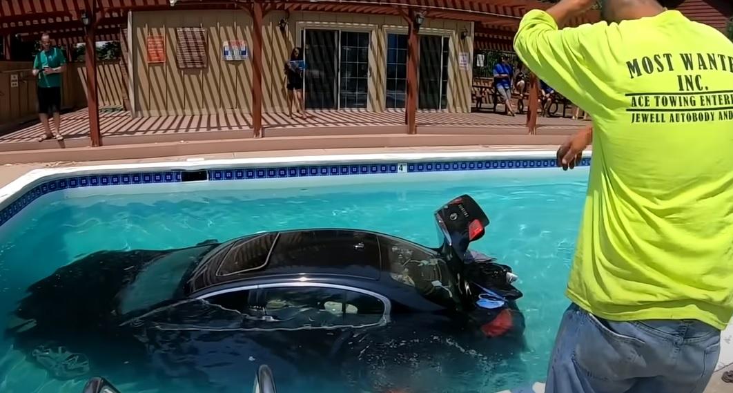 VIDEÓ: Fék helyett a gázra lépett, így a medencében kötött ki autójával egy tini
