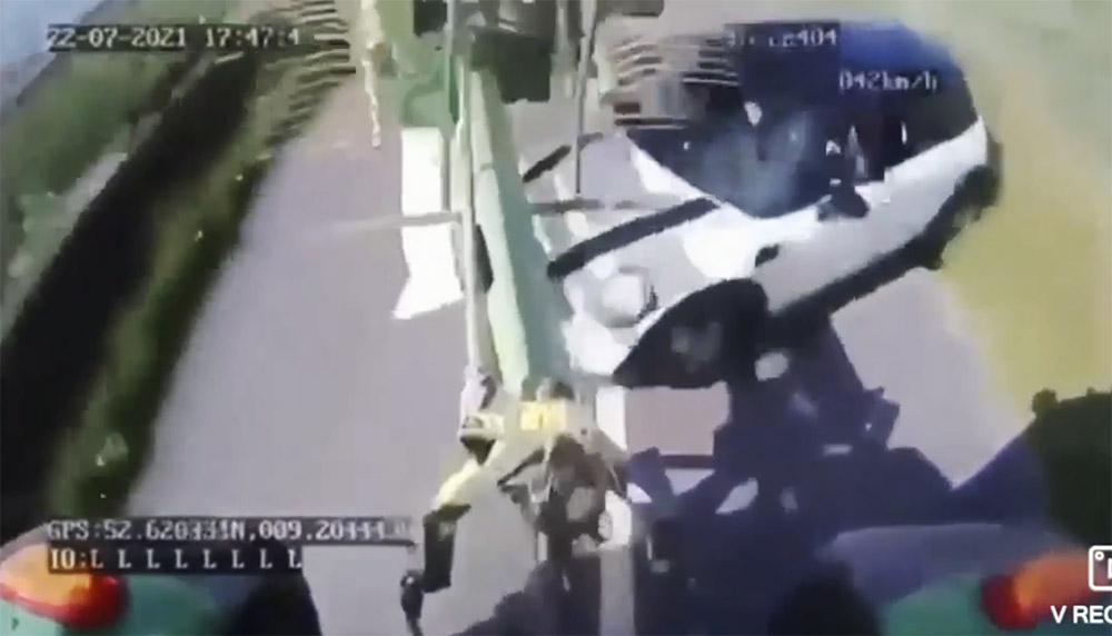 """VIDEÓ: """"Bedarálta"""" a Minit a munkagép. Ismét a türelmetlenség okozott balesetet"""