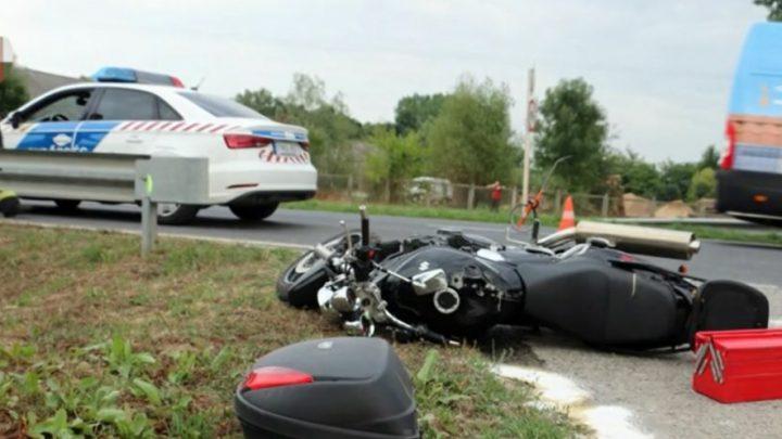 VIDEÓ: Traktort előzött a motoros, de az balra kanyarodott, így összeütköztek – A motoros életét vesztette