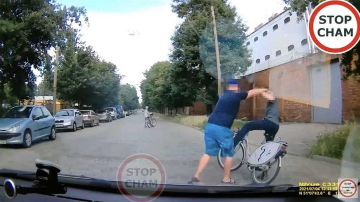 VIDEÓ: Elképesztően tapló, amit a biciklissel tett az ingerült sofőr