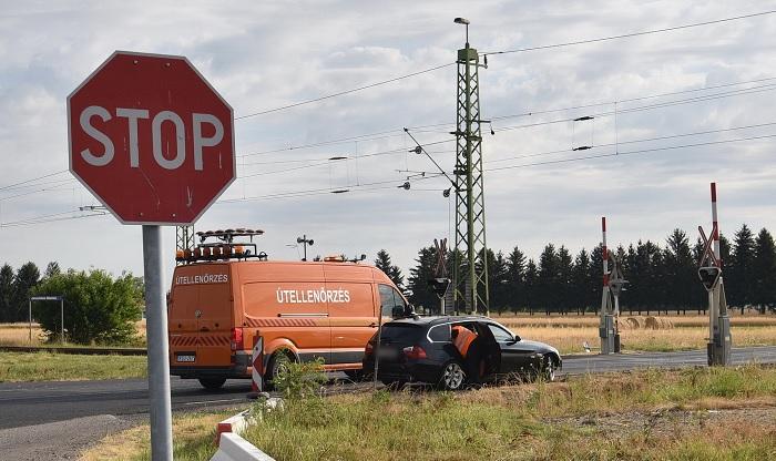 FOTÓK: Síneken ragadt egy autós, majd azonnal az érkező vonat felé rohant, hogy jelezhesse a mozdonyvezetőnek, hogy baj van