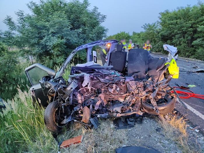 FOTÓK: Szándékosan hajthatott az autós a szemből érkező busznak