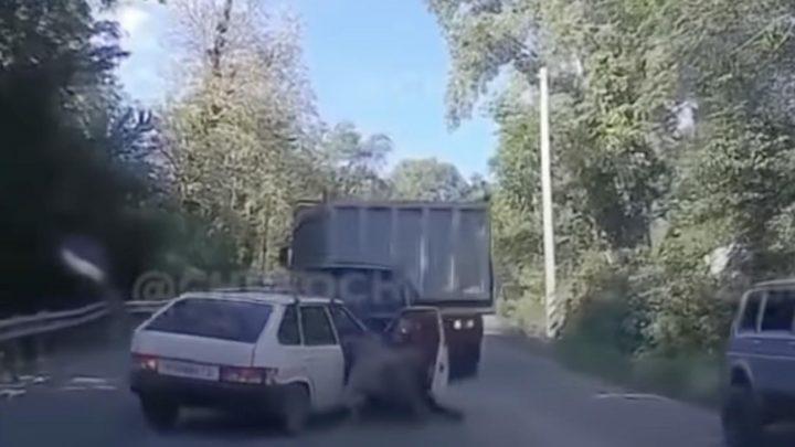 VIDEÓ: Mindent letarolt az emelkedőn visszaguruló teherautó