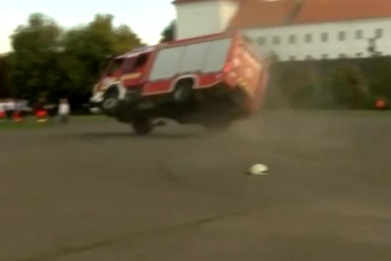 VIDEÓ: Bíróság elé kerülhet a sofőr, aki korábban egy bemutatón borult fel egy tűzoltóautóval