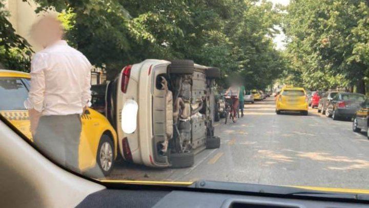 Oldalára borult tegnap egy autó a 6. kerületi Bajza utcában