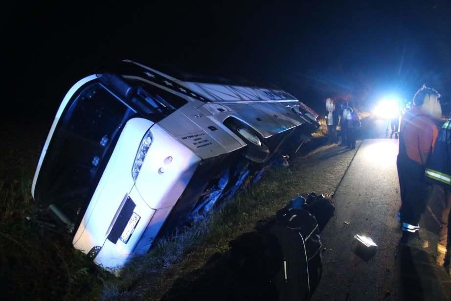 Az árokba futott és az oldalára dőlt egy cseh autóbusz Lenti közelében éjjel