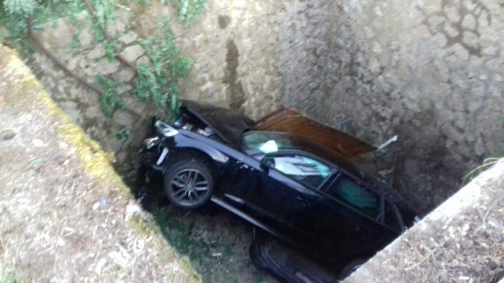 FOTÓK: Négy méter mély árokba hajtott autójával egy ittas sofőr – Az egyik utas súlyosan megsérült