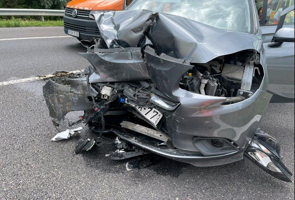 FOTÓK: Munkagépnek hajtott, majd egy másik járművel is összeütközött egy autós az M3-as autópályán