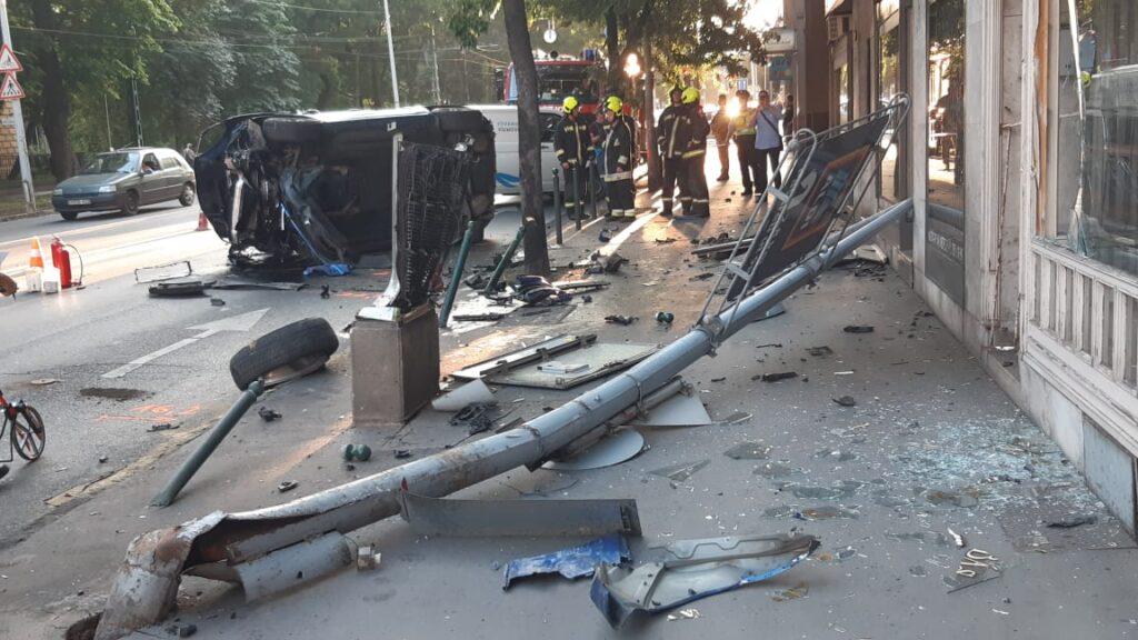 FOTÓK: Porschéval tört-zúzott egy nő a 2. kerületben – Úgy tudni, ittas volt